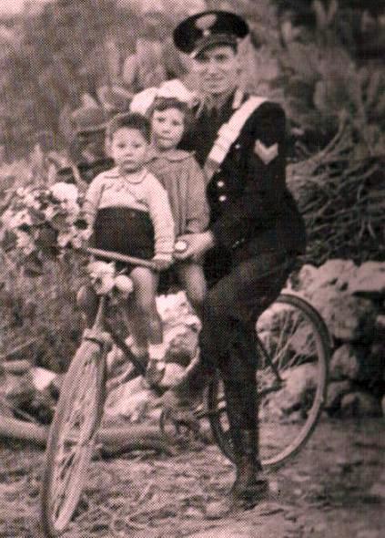 Davide Gentile sulla bici con i figli Vittoria e Armando