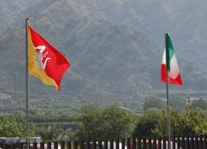 Bandiere siciliana e italiana