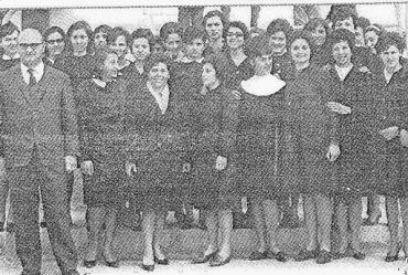 Gruppo di studentesse in grembiule nero in una foto del 1964