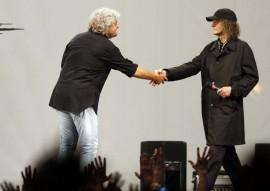 Europee, la stretta di mano tra Grillo e Casaleggio stranovestito sul palco di San Giovanni
