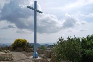 La croce di Dozulè in ferro e colorata d'azzurro era stata fatta rimuovere dal sindaco Salvatore Calà perché collocata su una area pubblica