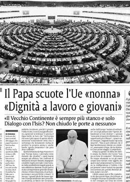 """ANDREA GAGLIARDUCCI Strasburgo. La prima visita di un Papa non europeo alle istituzioni europee è un incoraggiamento all'Europa a ritrovare le sue radici, a smettere di essere nonna, a trovare soluzioni creative con trasversalità, per risolvere i problemi del lavoro, dell'immigrazione, della disoccupazione giovanile. Un'Europa finalmente in dialogo, trasversale, plurale, non ideologica e in uscita come piace a lui. Papa Francesco sbarca a Strasburgo per il più corto viaggio nella storia di tutti i pontificati: solo 3 ore e 50, distribuiti tra le photo opportunity con Martin Schulz e i due discorsi nell'emiciclo del Parlamento Europeo e al Consiglio d'Europa. Al Parlamento europeo, Francesco prende 13 applausi, quando parla di opulenza, di famiglia, di bambini uccisi ancora prima di nascere, persino quando punta il dito contro la comunità internazionale che è rimasta in silenzio durante le persecuzioni dei cristiani. Sono due discorsi molto politici, quelli di Papa Francesco, che dimostra di trovarsi a suo agio al centro dell'emiciclo, calibra i toni con attenzione. Sostiene Francesco che """"Un'Europa che sia in grado di fare tesoro delle proprie radici religiose, sapendone cogliere la ricchezza e le potenzialità"""", può essere """"più facilmente immune dai tanti estremismi che dilagano nel mondo odierno, anche per il grande vuoto ideale a cui assistiamo nel cosiddetto Occidente, perché è proprio l'oblio di Dio, e non la sua glorificazione, a generare la violenza"""". E ancora, il Papa mette in luce che """"Un'Europa che non è più capace di aprirsi alla dimensione trascendente della vita è un'Europa che lentamente rischia di perdere la propria anima e anche quello 'spirito umanistico' che pure ama e difende"""". Quella delineata da Papa Francesco è una """"Europa stanca e percepita come distante dai cittadini"""", i quali hanno sempre più sfiducia """"nei confronti di istituzioni ritenute distanti, impegnate a stabilire regole percepite come lontane dalla sensibilità dei singoli popoli, se n"""