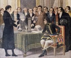 """Alessandro Volta mostra a Napoleone il nuovo """"apparato elettromotore"""" o pila voltaica, capostipite di una lunga serie di pile e accumulatori"""