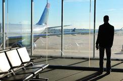 uomo-d-affari-waiting-il-suo-volo-aeroporto-39315902