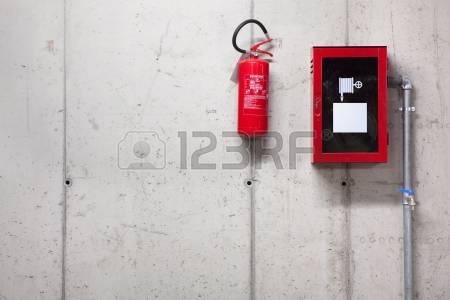 14109099-un-estintore-e-una-manichetta-sul-muro-di-cemento
